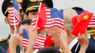 Le président américain Donald Trump accueilli sur l'aéroport de Pékin, le 8 novembre 2017.