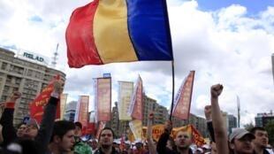 Plus de 30 000 personnes ont manifesté dans les rues de Bucarest, le 19 mai 2010, contre les mesures d'austérité du gouvernement.
