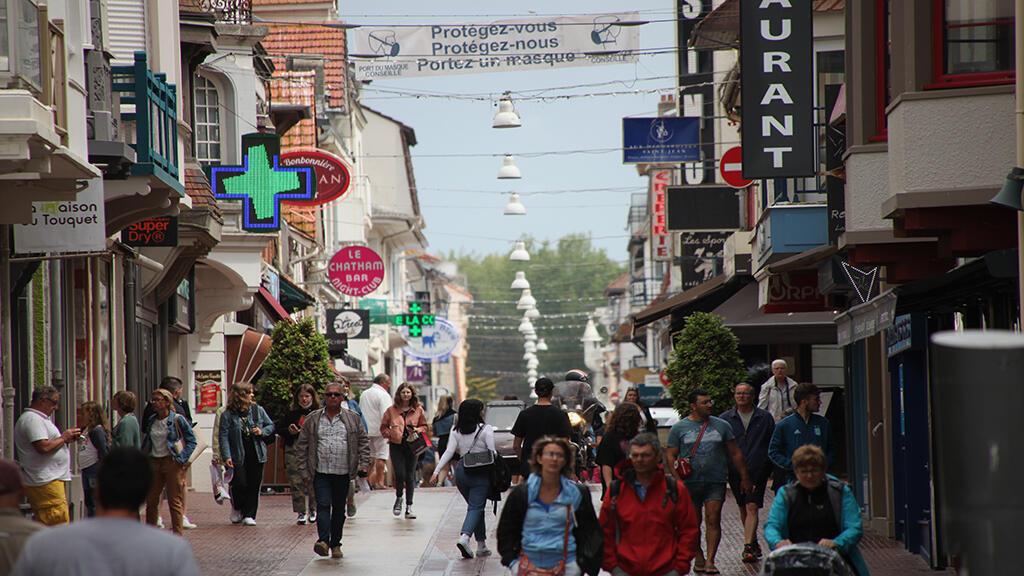 Đám đông trên đường phố tại thị xã Le Touquet-Paris-Plage, miền Bắc nước Pháp, hầu như không ai đeo khẩu trang, cho dù có yêu cầu ghi trên biểu ngữ chăng bên trên con phố chính. Ảnh chụp ngày 23/06/2020.