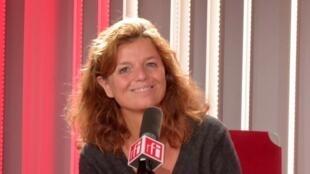 La romancière française Maylis de Kerangal en studio à RFI.