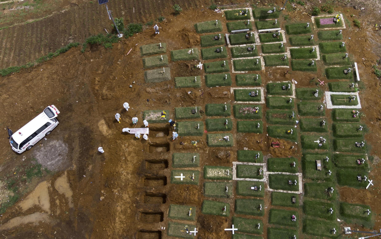 Indonésie - Cimetière pour morts du Covid à Medan AP21122316651086