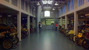 Véhicules du début du XXe siècle au musée de l'automobile à Turin en Italie.