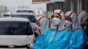 Nhân viên y tế tại một trạm xét nghiệm di động virus corona tại Daegu, Hàn Quốc ngày 03/03/2020.