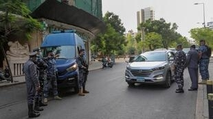 Des policiers libanais controlent une voiture à Beyrouth, alors que le pays se confine à nouveau.