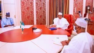 Gwamnan jihar Nasarawa Abdullahi Sule yayin gaisawa da shugaban Najeriya Muhammadu Buhari