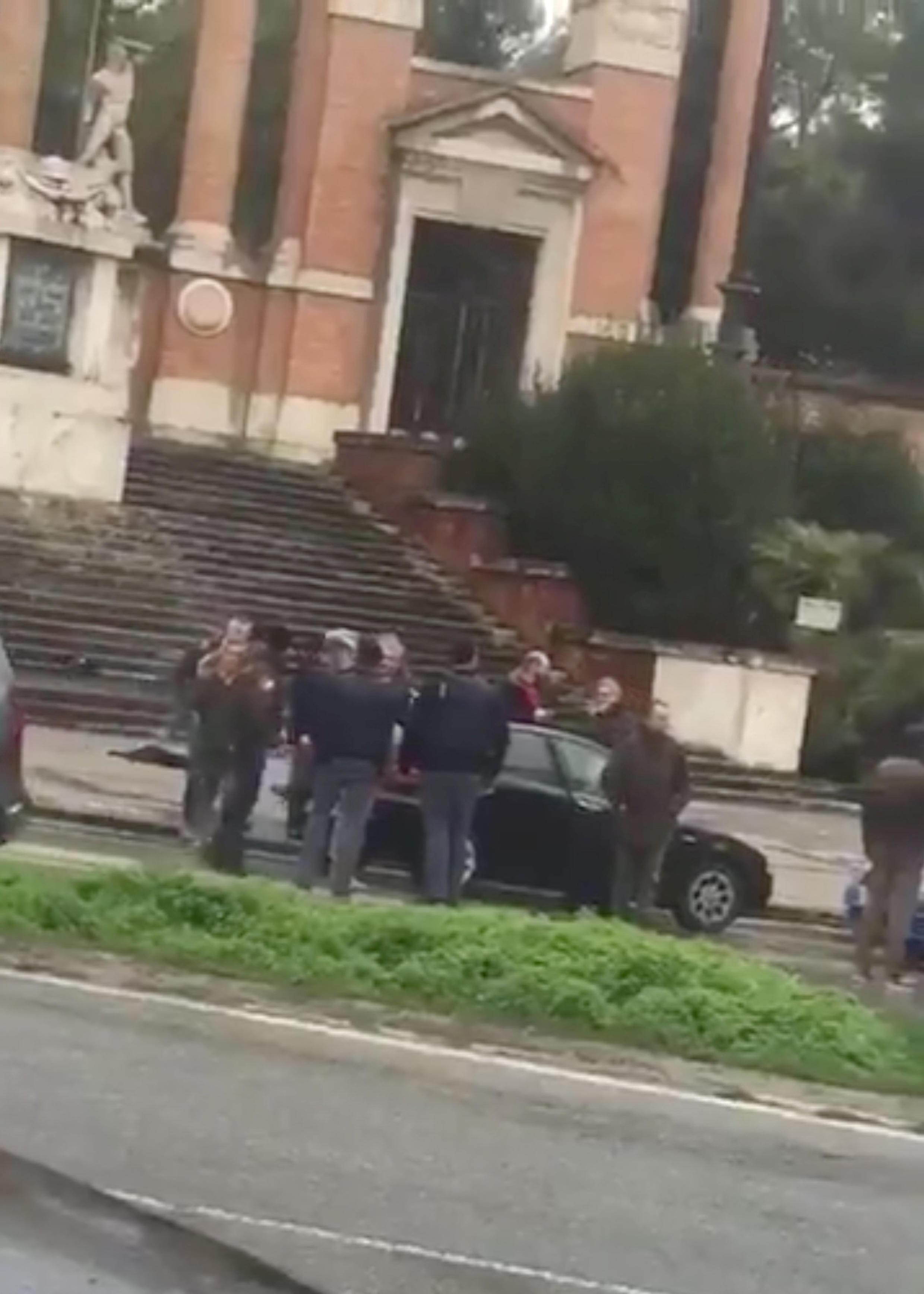 Captura de um vídeo divulgado nas redes sociais mostrando a detenção do suspeito que atirou contra estrangeiros na Itália.