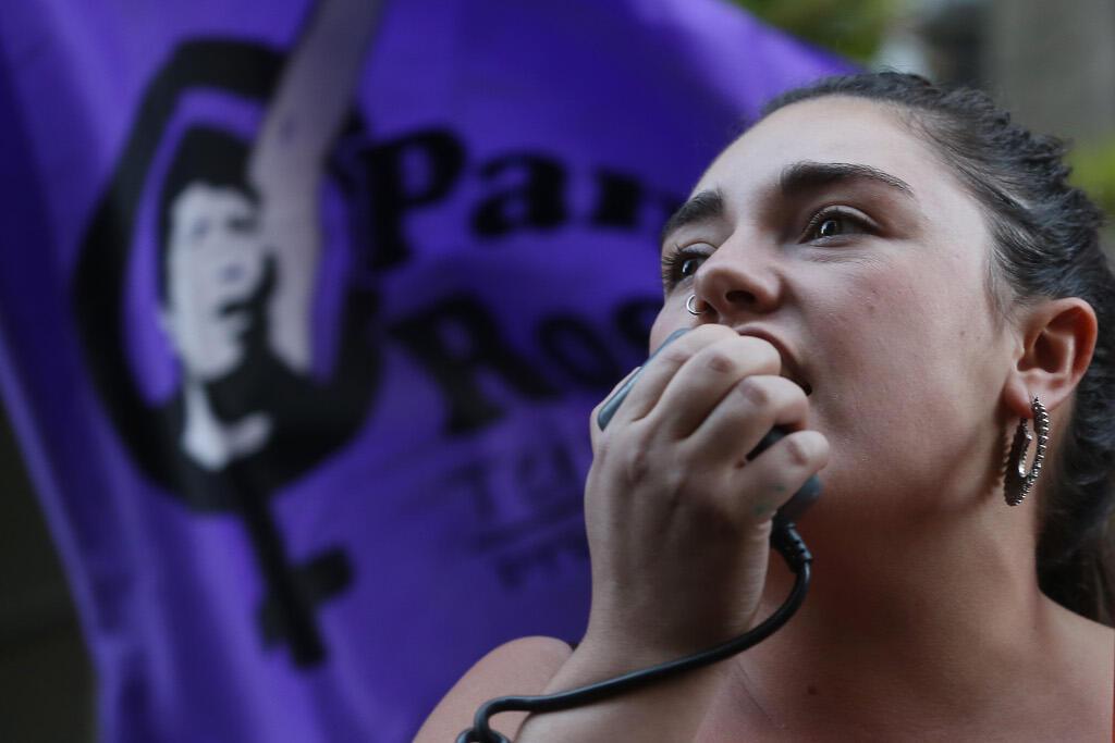 Une militante pro-avortement lors d'une manifestation devant le ministère de la Santé du Chili, le 26 mars 2018 à Santiago, la capitale.