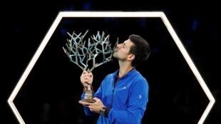O tenista sérvio Novak Djokovic beija o troféu do Paris Masters, em 3 de novembro de 2019 em Paris, França.