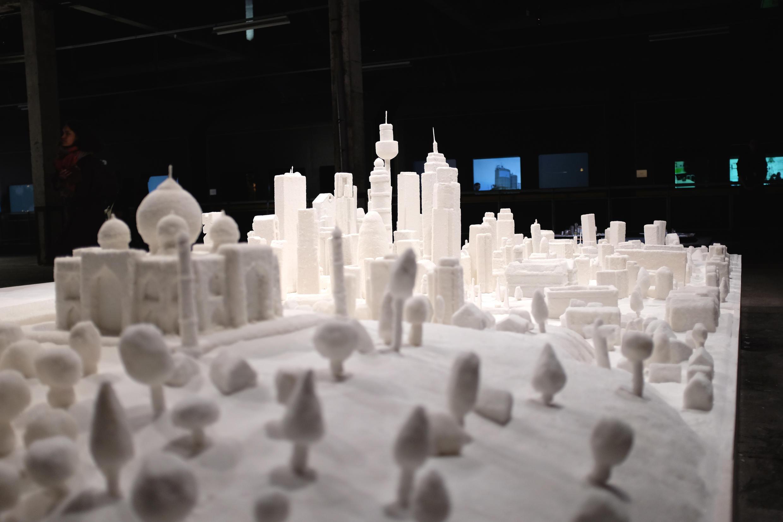 Meschac Gaba : « Sweetness » (2006/2017). Une ville en sucre, du plasticien béninois, pour dénoncer l'esclavage, dans l'exposition « Afriques Capitales. Vers le Cap de Bonne-Espérance ».