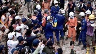 Les recherches se sont poursuivies pendant plusieurs pour dégager les cadavres d'une dizaine de personnes portées disparues, Sihanoukville, le 24 juin 2019.