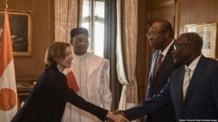 Waziri wa Majeshi wa Ufaransa, Florence Parly, kulia, wakati wa mazungumzo na rais wa Niger Mahamadou Issoufou (wa pili kutoka upande wa kulia) huko Niamey, Niger, 4 Juni 2018.