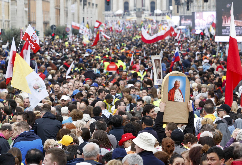 Hàng trăm ngàn  người tâp họp từ sáng sớm tinh mơ ngày 27/04/2014, tại quảng trường Thánh Phêrô dự cuộc phong thánh 'đôi' hai Đức Giáo Hoàng Gioan Phaolô Đệ nhị và Gioan 23.