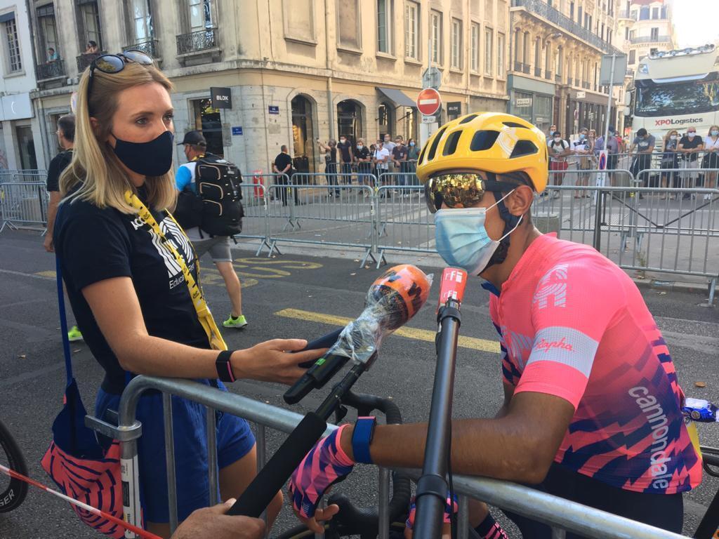 Hannah Troop, encargada de prensa de Education First junto al colombiano Daniel Martínez, ganador de la etapa 13 del Tour der Francia 2020, en entrevista con RFI.