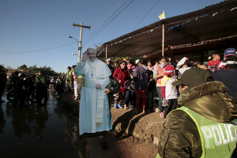 Pessoas do lado de fora da prisão esperavam o papa