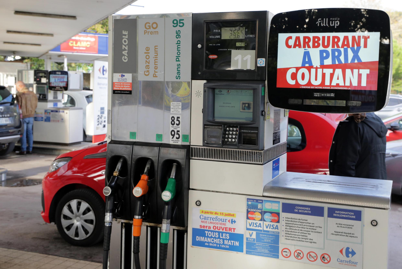 Ряд гипермаркетов во Франции решили временно продавать бензин на своих АЗС по себестоимости