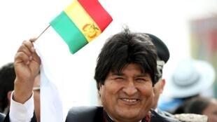 Presidente boliviano Evo Morales con una bandera boliviana antes que el Papa Francisco de una misa multitudinaria en Santa Cruz, Bolivia el 9 de julio de 2015.