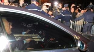 Dominique Strauss-Kahn akiondoka kwenye kituo cha polisi mjini  Lillebaada ya kuzuiliwa muda wa saa 36