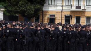 A Kiev, en Ukraine, les officiers de la nouvelle police sont jeunes, bien entraînés, bien payés, et très populaires....
