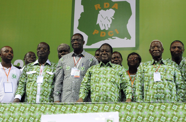 Henri Konan Bédié entouré des membres du comité exécutif du PDCI lors du 12e congrès, en 2013.