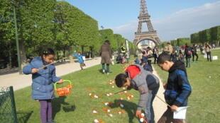 «Охота» за пасхальными яйцами возле Ейфелевой башни в Париже