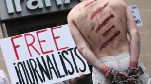 تجمع اعتراضی سازمان گزارشگران بدون مرز مقابل دفتر ایران ایر در خیابان شانزه لیزه پاریس - سال ۲۰۱۲