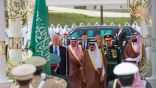 Le président américain Donald Trump accueilli en grande pompe à Riyad, en Arabie saoudite, pour sa première visite officielle le 20 mai 2017.