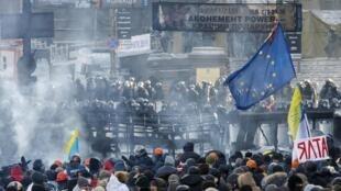 Forças de ordem e manifestantes pró-União Europeia se confrontaram, mais uma vez, nesta quinta-feira, dia 23 de janeiro, no centro de Kiev.