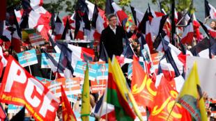 O candidato da esquerda radical, Jean-Luc Mélenchon, durante comício em Toulouse, no sudoeste da França neste domingo (16).