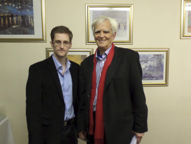 Edward Snowden (à esq.) posa ao lado do parlamentar alemão, Hans-Christian Stroebele, em local não identificado na Rússia,  em foto desta quinta-feira, 31 de outubro de 2013.