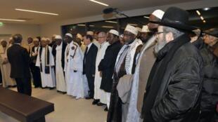 Des dizaines d'imams se recueillent au mémorial de la Shoah à Drancy en région parisienne,, le 4 février 2013.