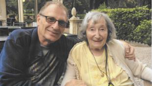 Photo de famille de Daniel Knoll et sa mère Mireille Knoll.