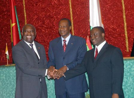 Signature des accords de Ouagadougou le 4 mars 2007. De gauche à droite : le président ivoirien Laurent Gbagbo, le président burkinabé Blaise Compaoré et le leader des rebelles Guillaume Soro