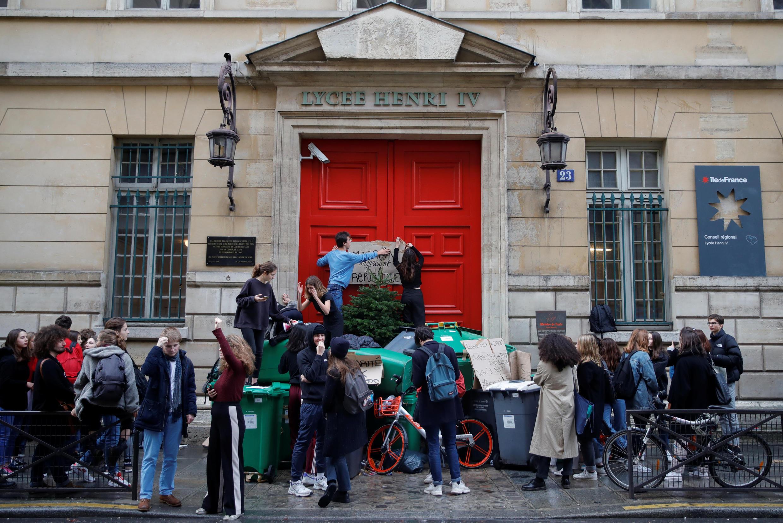 Học sinh phong tỏa cổng trường trung học nổi tiếng Henri IV tại Paris để phản đối kế hoạch cải tổ của chính phủ. Ảnh chụp ngày 06/12/2018.