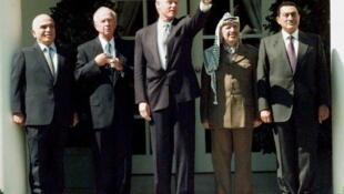 Le roi Hussein de Jordanie, le Premier ministre israélien Yitzhak Rabin, Bill Clinton, le président de l'OLP Yasser Arafat et le président égyptien Hosni Moubarak, à la Maison Blanche, avant la signature d'un accord israélo-palestinien, 13/091995.