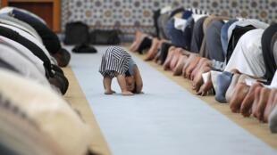 Молебен первого дня Рамадана в Большой мечети Страсбурга 09/07/2013