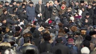 Bolat Abilov, coprésident du Parti social-démocrate pannational, entouré de plusieurs leaders de l'opposition, s'adresse à la foule, à Almaty, le 28 janvier 2012.