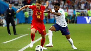 Adnan Januzaj (esquerda), apontou o único golo da Bélgica frente à Inglaterra do defesa Danny Rose no jogo da fase de grupos.