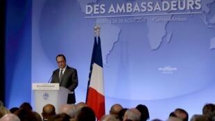 Tổng thống Pháp François Hollande,đọc diễn văn trước các Đại sứ Pháp họp tại Paris,ngày 25/08/2015.