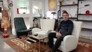 Alessandro Dati dans son magasin de design vintage de la rue Blaes, à Bruxelles.