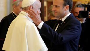 Giáo hoàng Phanxicô (T) tiếp tổng thống Pháp Emmanuel Macron tại Vatican, ngày 26/06/2018.