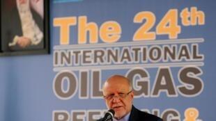 El ministro iraní del Pétrole, Bijan Namdar Zanganeh, reprocha a dos de sus vecinos hacer creer al mundo que pueden no usar su petróleo durante la 24a Feria internacional de la industria petrolera y gazera en Téhéran, 1° de mayo 2019.
