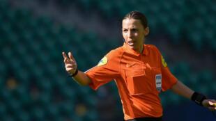 L'arbitre française Stéphanie Frappart, première femme à arbitrer un Championnat d'Europe de football, le 4 avril 2021 à Nantes lors d'un match de Ligue 1
