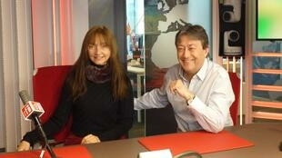 La actriz y realizadora franco-portuguesa María de Medeiros  con Jordi Batallé en RFI