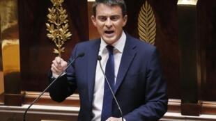 O primeiro-ministro francês, Manuel Valls, obteve voto de confiança do Parlamento, mas perdeu deputados aliados..