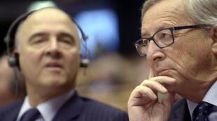 Le président de la Commission européenne, Jean-Claude Juncker, et le le commissaire aux affaires économiques et fiscales Pierre Moscovici, à Bruxelles le 12 novembre.