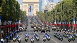 """مراسم رژه ١٤ ژوئیه در خیابان """"شانزلیزه"""" پاریس."""