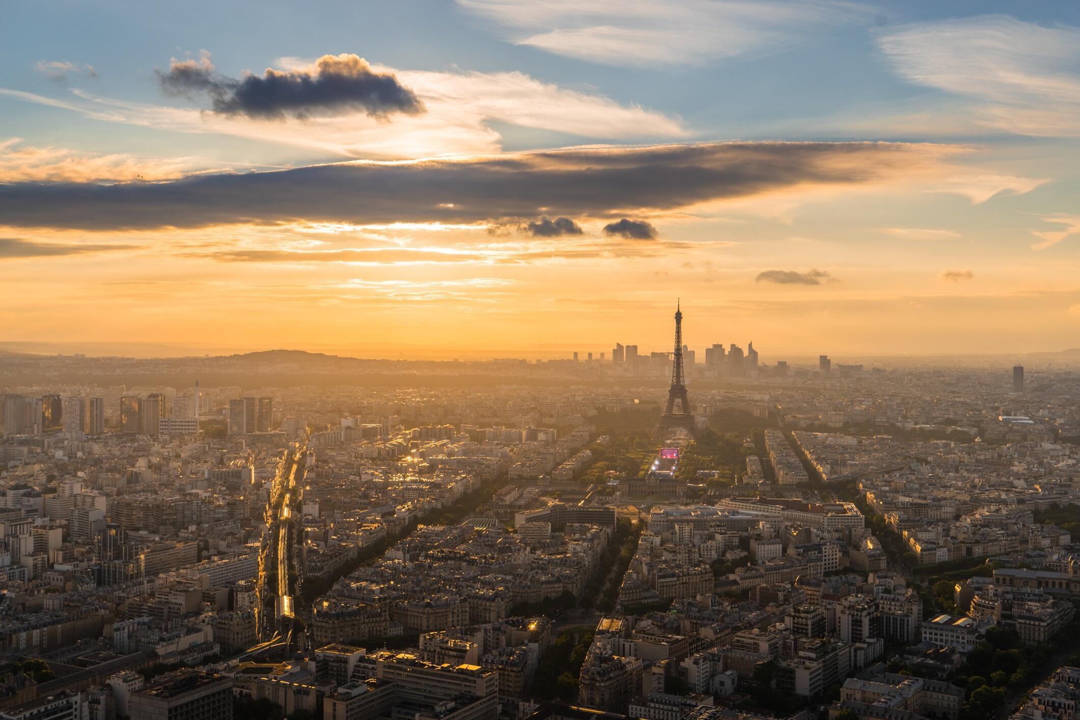 Paris atrai investimentos imobiliários estrangeiros que acabam expulsando a população nativa para os subúrbios.