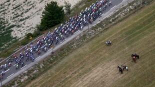 Quelques chanceux suivent le Tour de France du ciel, depuis des hélicoptères.