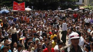 Thân nhân tù nhân được ân xá chờ đón người nhà được tự do trước nhà tù Rangoon hôm 12/10/2011. Giờ đây người dân Miến Điện lại được nới lỏng thêm tự do lập công đoàn và đình công.