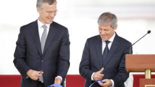 Jens Stoltenberg  Deveseluدبیر کل سازمان ناتو (نفر سمت چپ) و نخست وزیر رومانی، در مراسم افتتاحیه آغاز فعالیت سامانه دفاع ضد موشکی آمریکایی در پایگاه هوایی دویسه لو ،